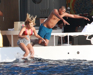 beyonce-jay-z-swimming-that-grape-juice-6